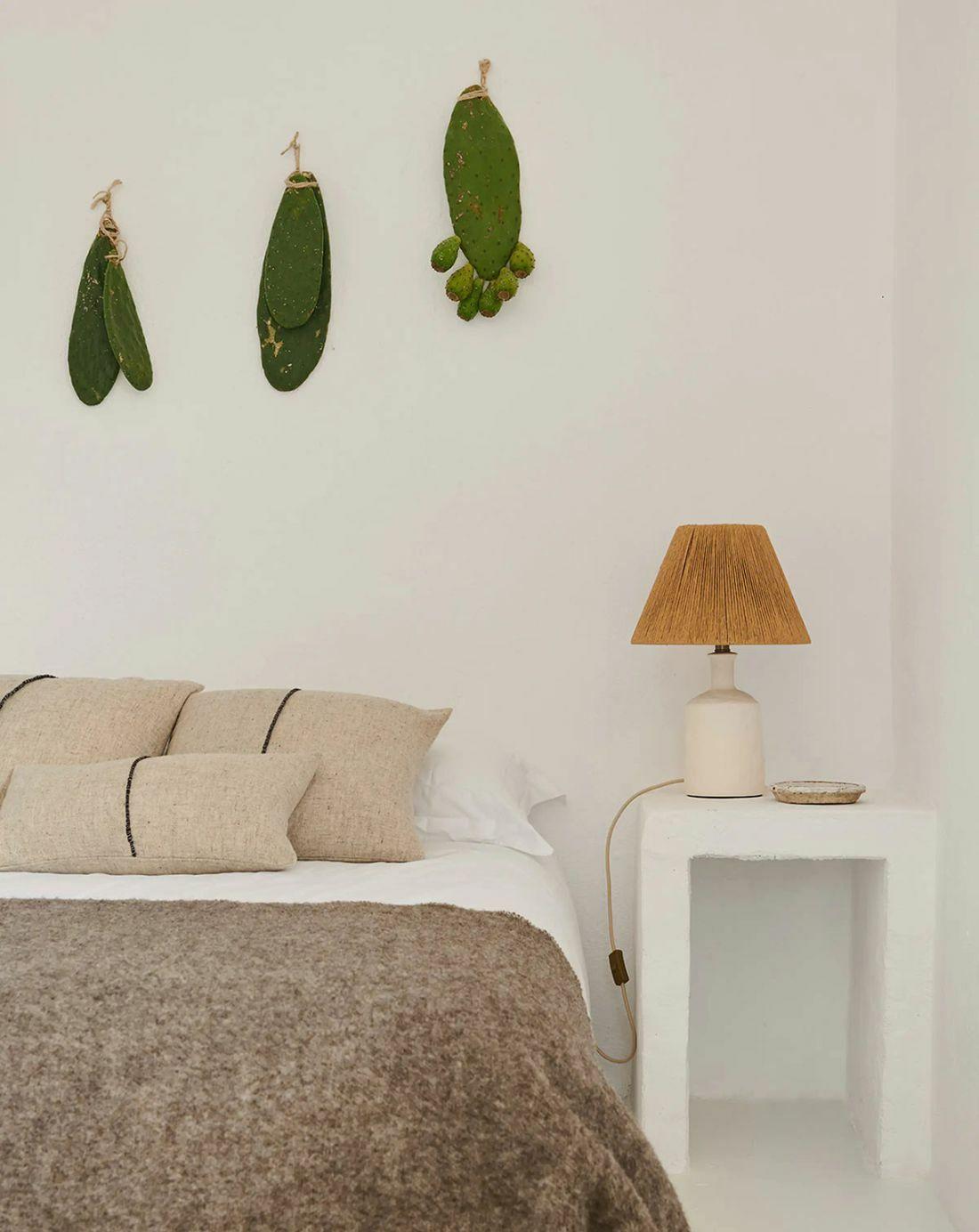 Asztali lámpa és kaktuszlevél dekoráció