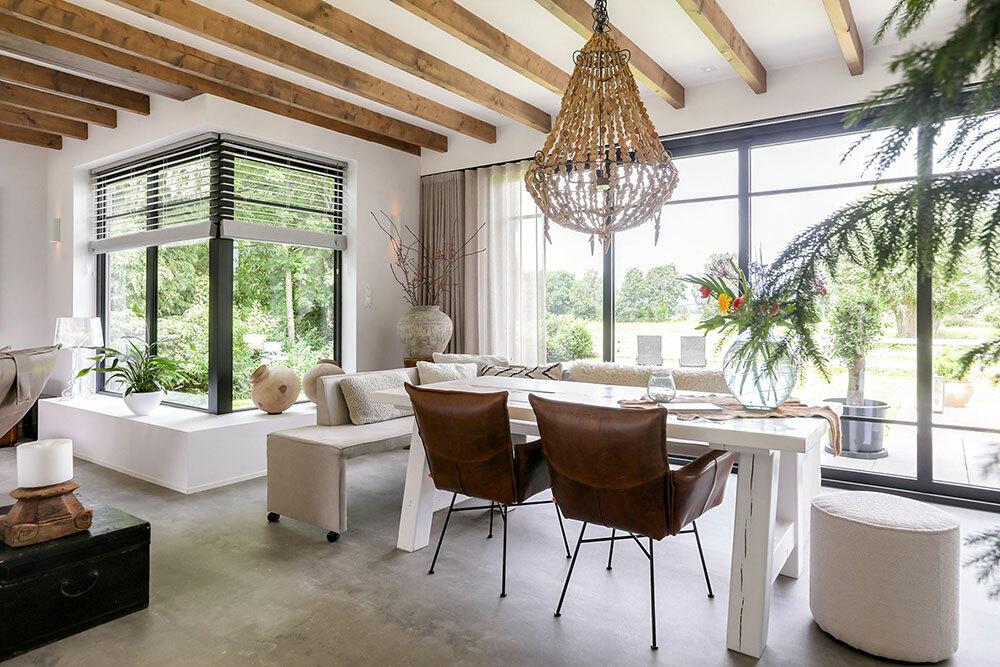 Padok és bőr fotelek a tömörfa étkezőasztal körül