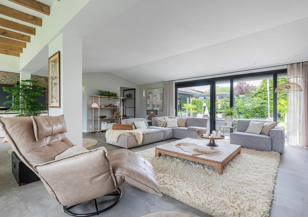 Puha vastag szőnyeg a nappali csiszolt beton padlóján
