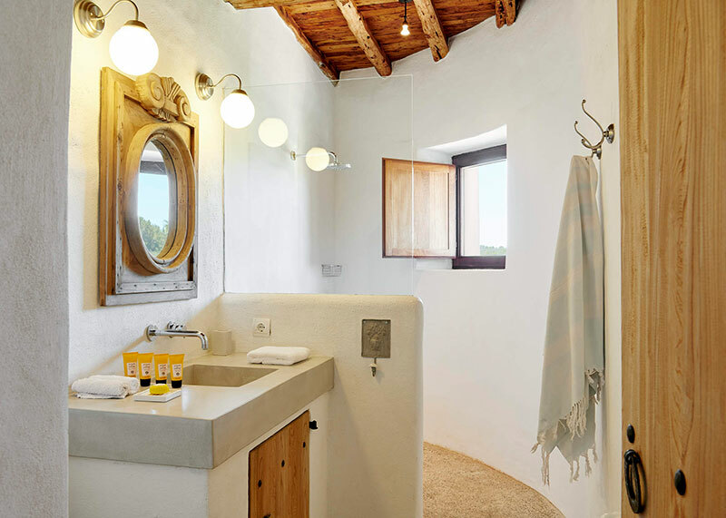 Épített zuhanyfal téglából, vakolva, festve