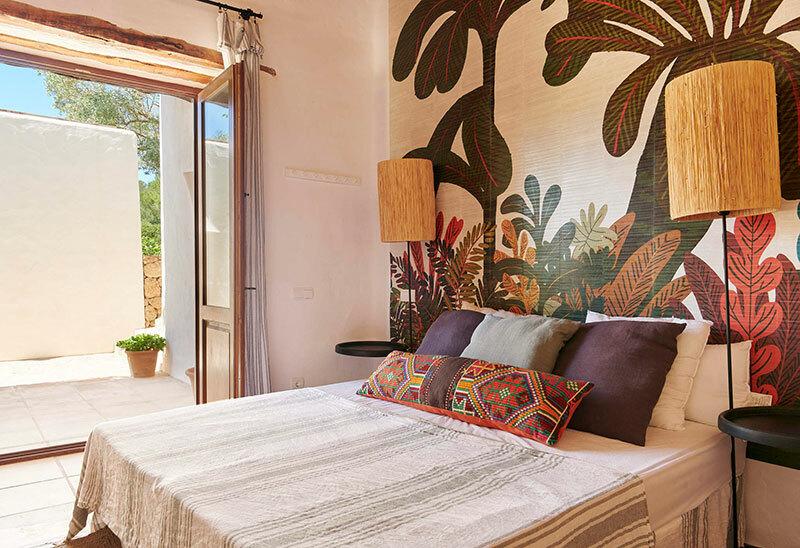 Vendégszoba pálma mintás tapétával