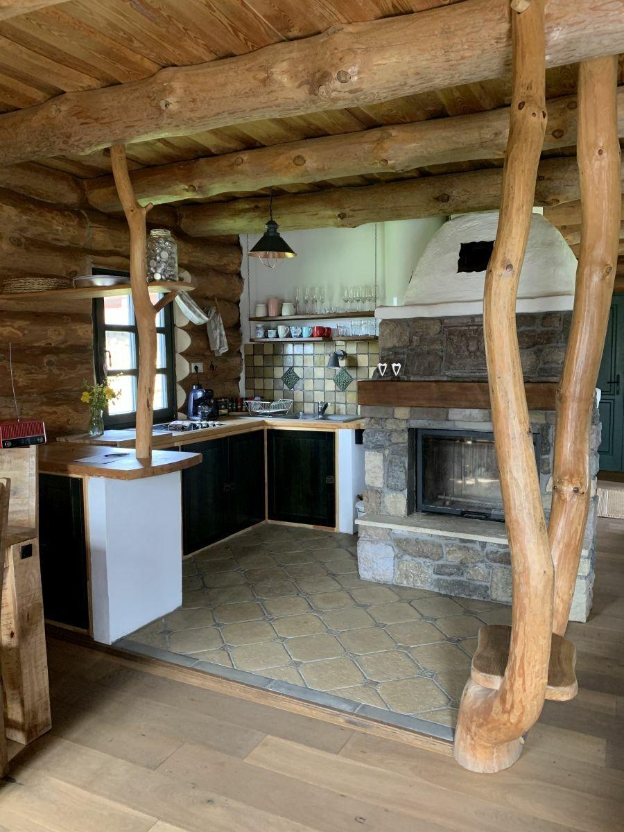 Rusztikus konyha gerendaházban Otti kövekkel