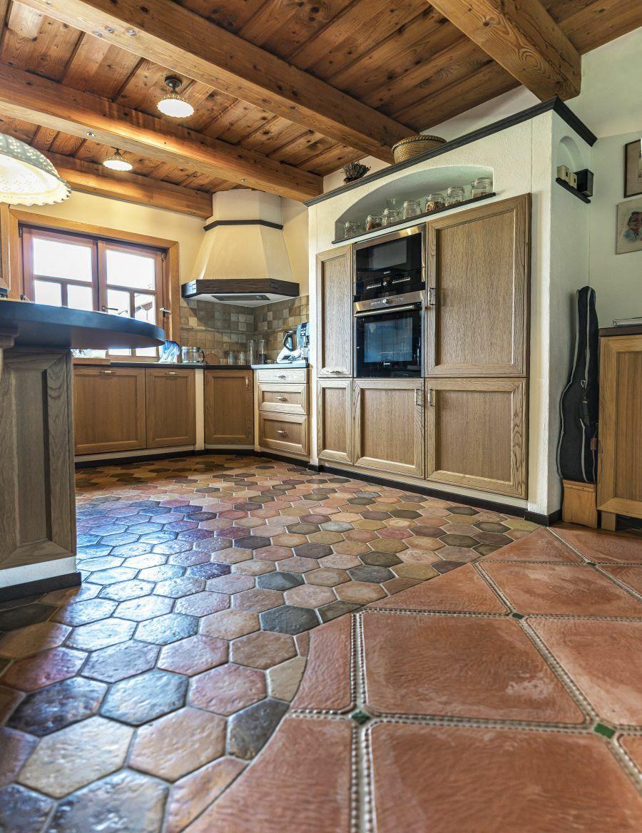 Hatszögletű padlólap rusztikus konyhába