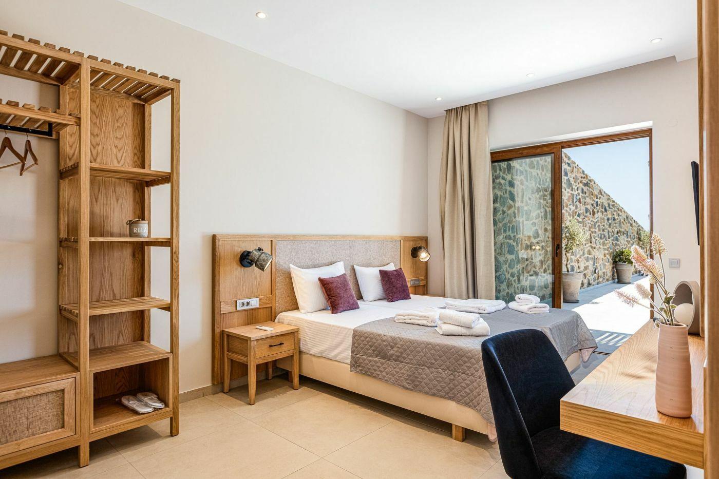 Natúr színek és pácolt fa felületek dominálnak a nappaliban