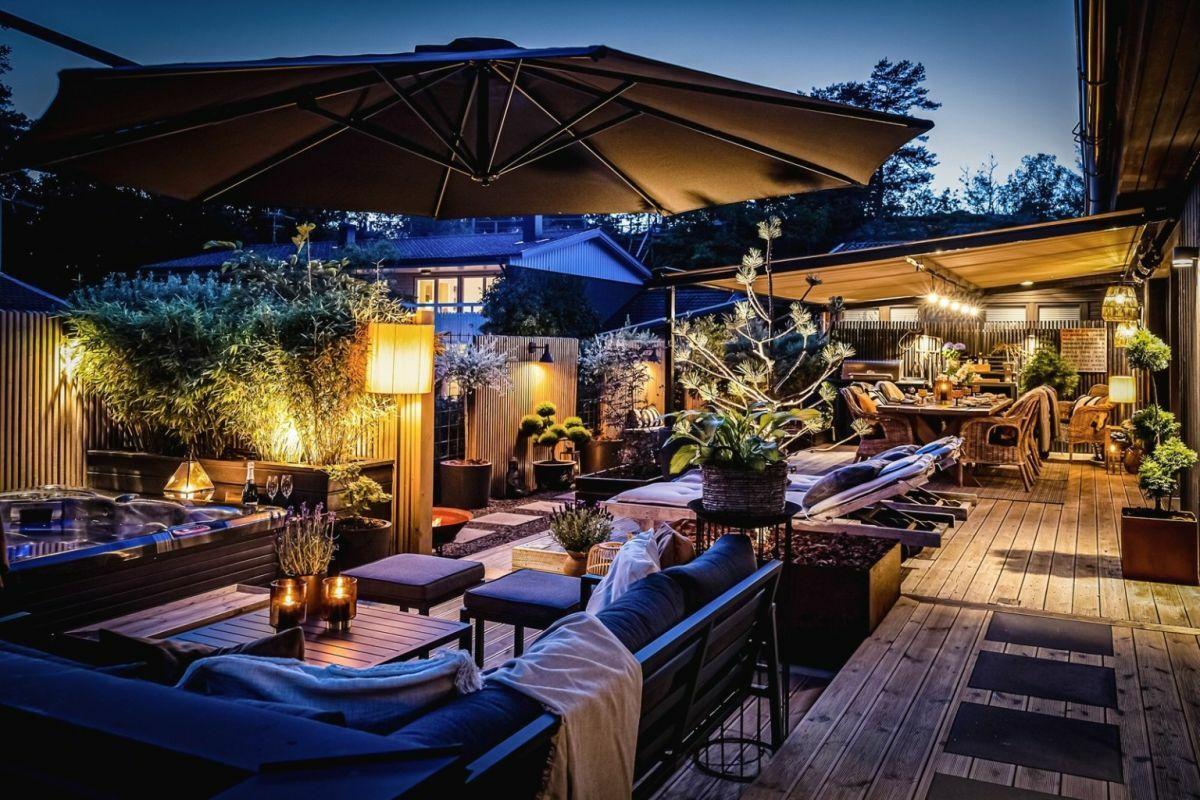 Jutott hely még napozóágyaknak és egy modern lounge ülőgarnitúrának is