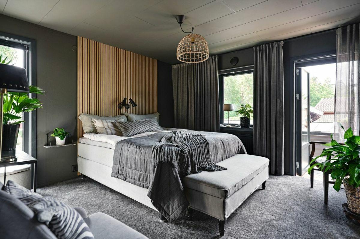 Látványos dekorelem a léces kialakítás az ágy mögötti falfelületen