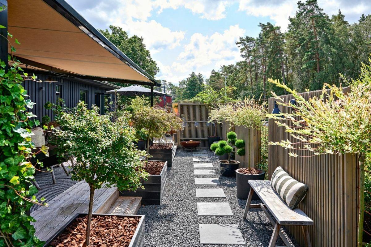 Magaságyásokkal és kerti tipegőkkel kialakított hátsó udvar