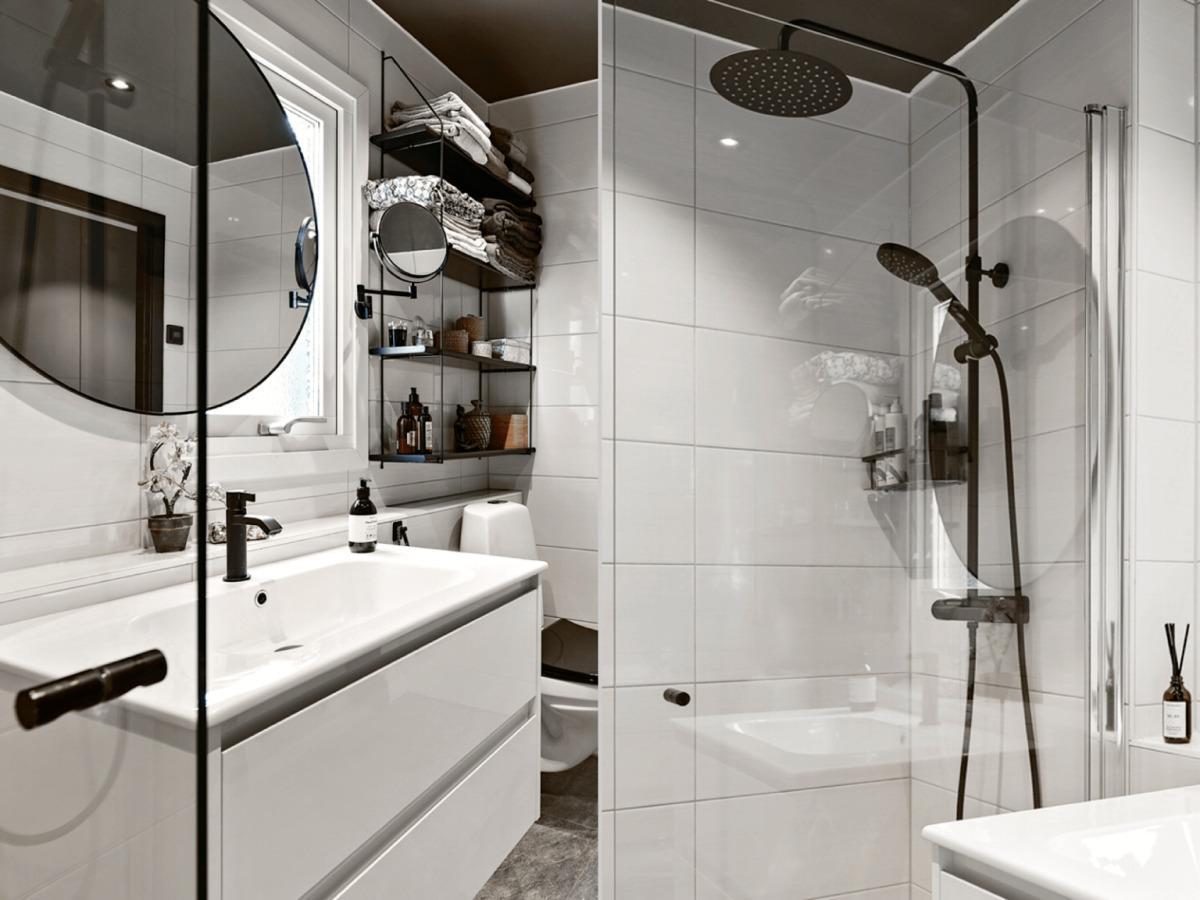 Jellegzetesen skandináv fürdőszoba, amikor a funkció kerül előtérbe minőségi szaniterekkel és csaptelepekkel