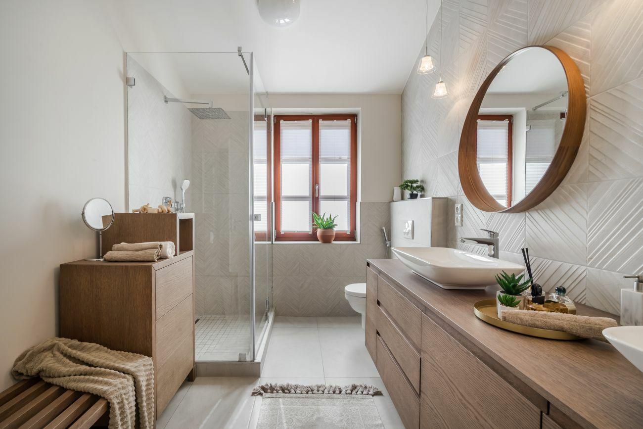 Praktikus tárolószekrény és pad egészíti ki a mosdópultot