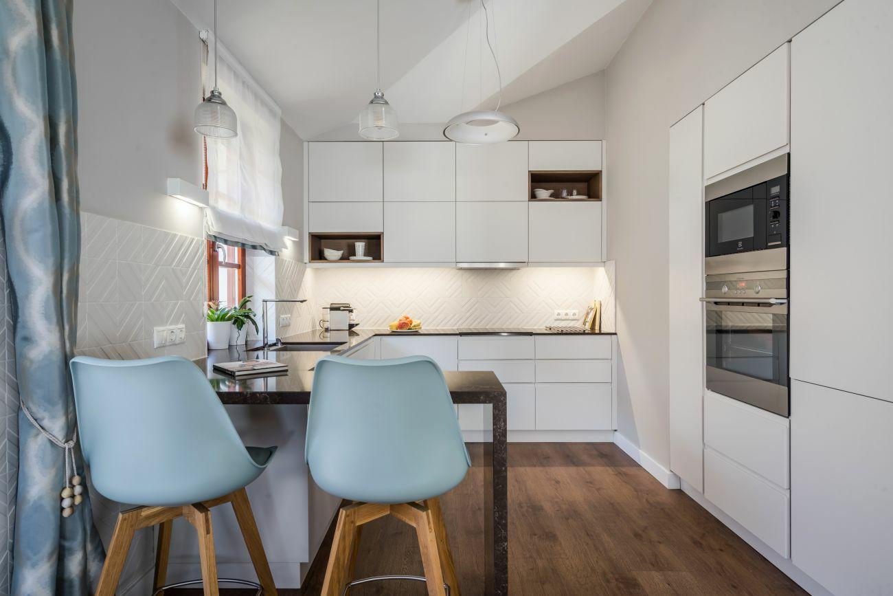 Modern konyha étkezőszékekkel