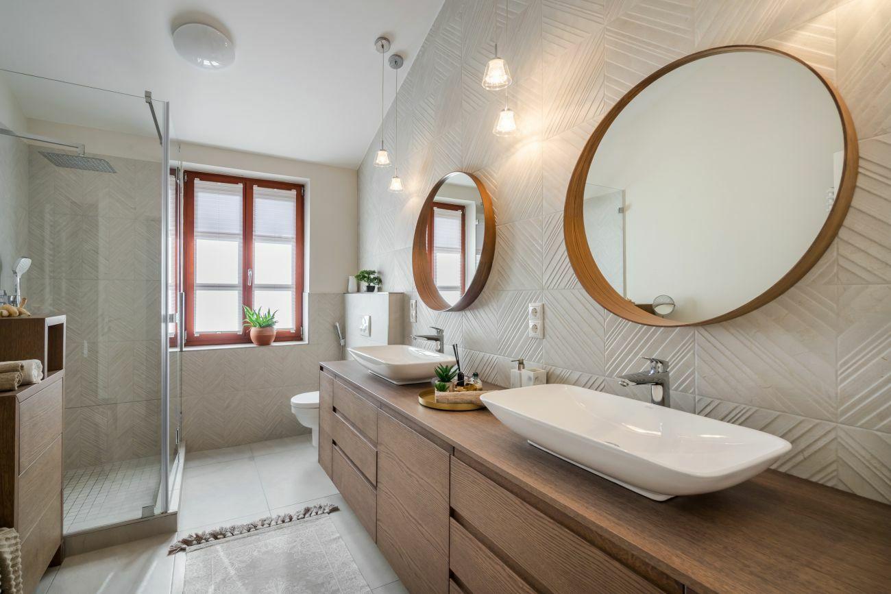 A furnérozott fürdőszobai bútorra két mosdó került