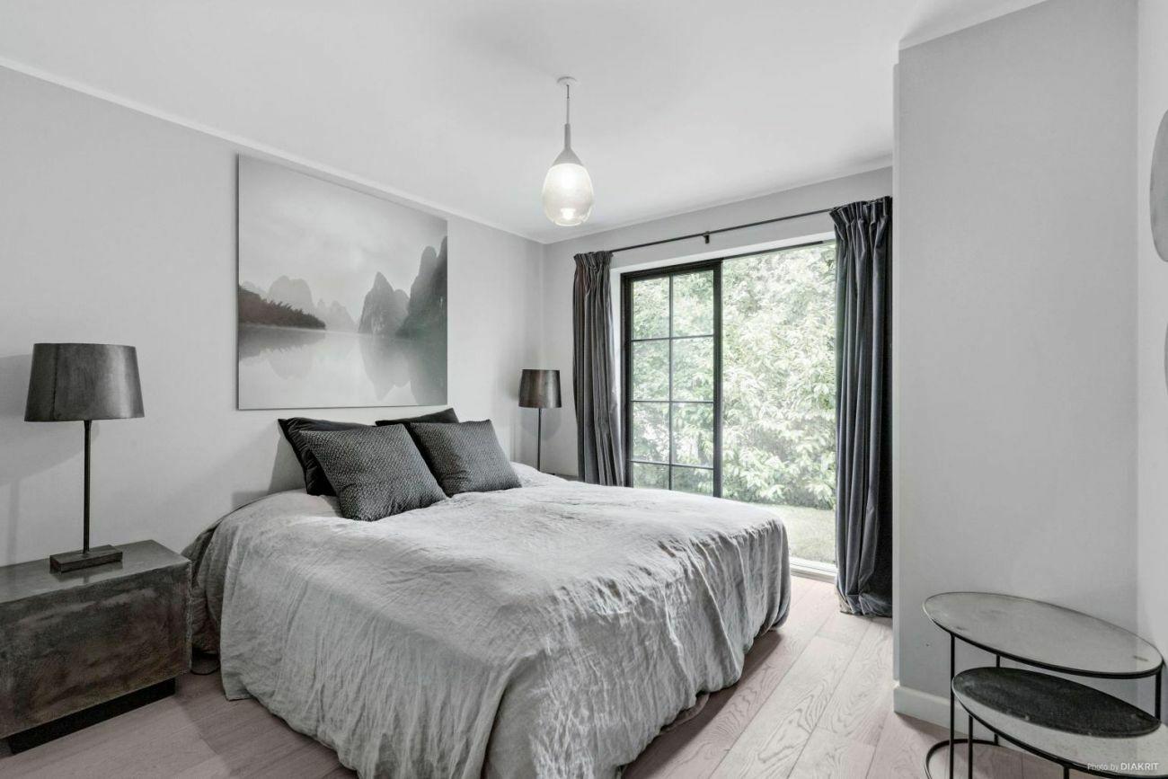 Természetes anyagóú szürke textilekkel dekorált hálószoba
