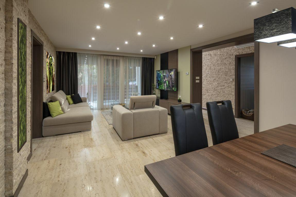 Tágas nappali természetes kőburkolattal natúr színekkel