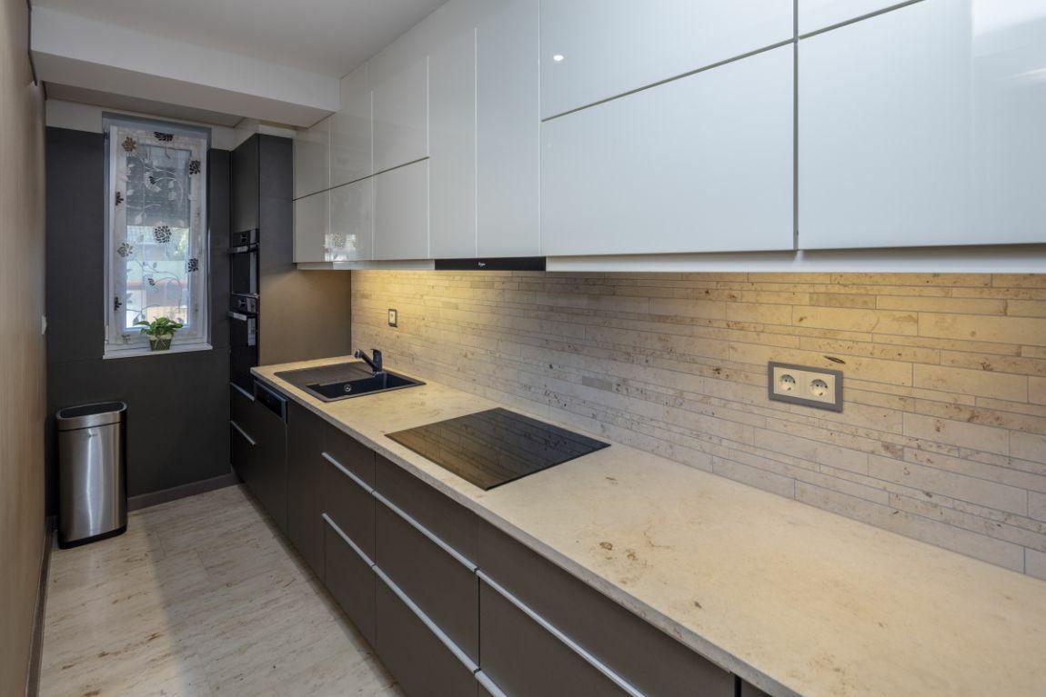 A konyhapult és a konyhafal burkolat szintén mészkőből