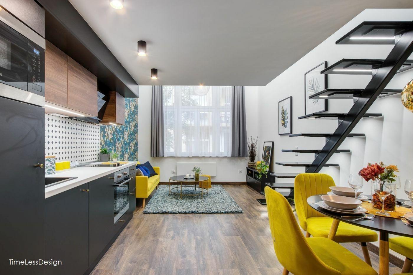 Egy térben a nappali, az étkező és a konyha bohém tapétával