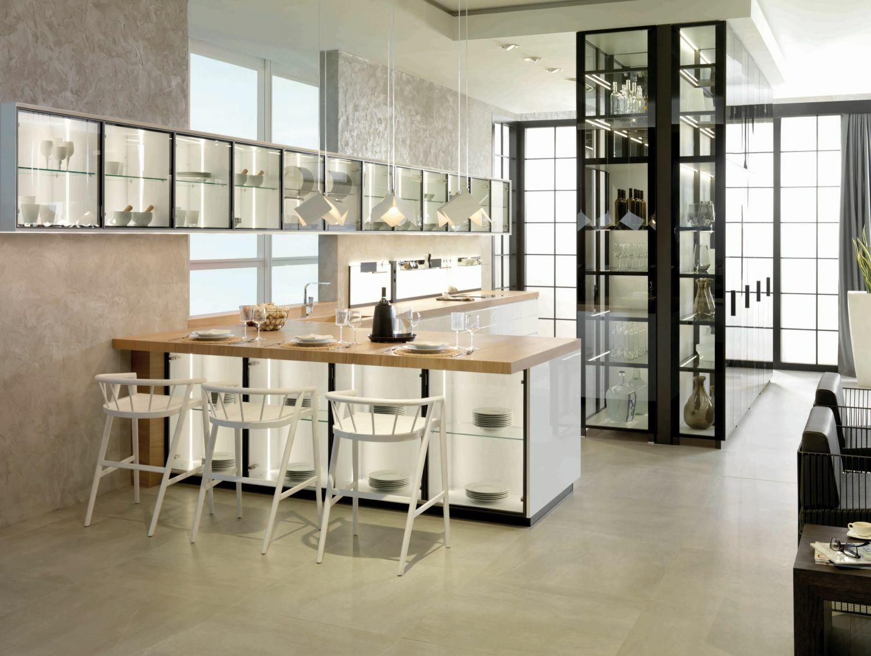 Könnyed konyhasziget üveges szekrényekkel